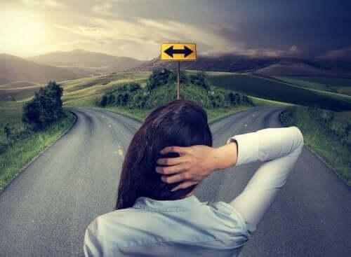 kvinde, der skal vælge en retning at gå