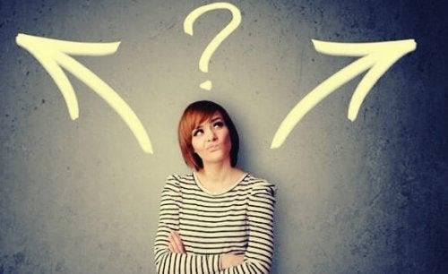 Hicks lov om beslutninger illustreres af kvinde, der skal vælge en retning