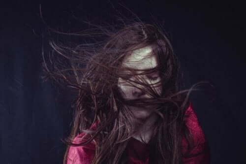 Kvinde med sit hår flyvende omkring sig