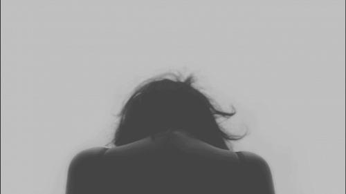 Kvinde kigger ned