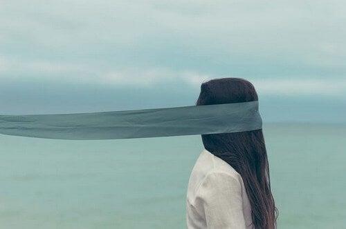 Kvinde har bind for øjnene