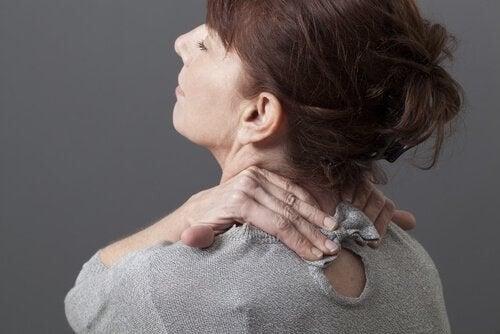 Kvinde har smerter i nakken