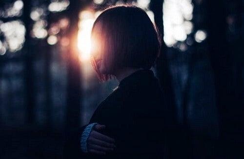 Pige i sollys i skov ønsker at ændre verden