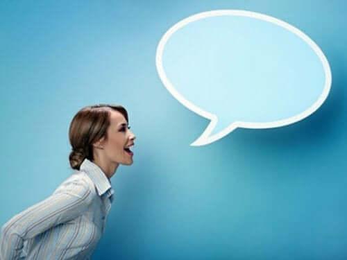 Kvinde med talebobel illustrerer, at du skal udtrykke dig