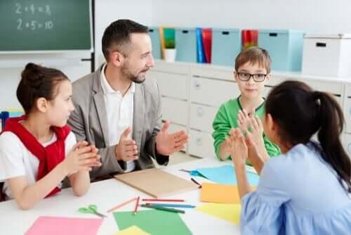 Mandlig underviser med børn