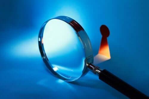 Lup foran et nøglehul symboliserer behovet for at beskytte sit privatliv