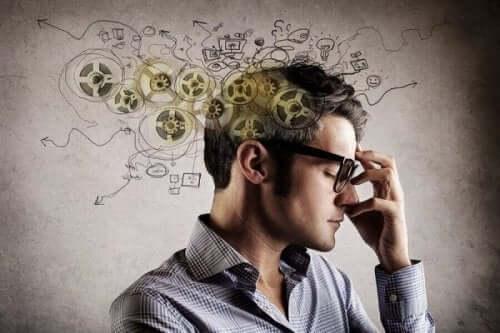 mand, der tænker, har tandhjul rundt om hovedet
