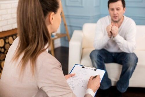 mand, der taler med kvindelig terapeut