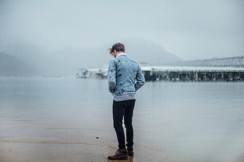Mand står alene ved hav