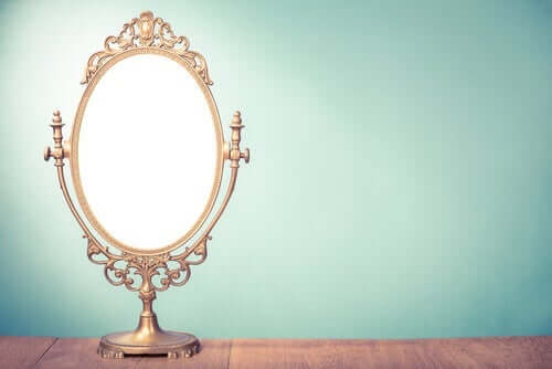 et spejl i et rum