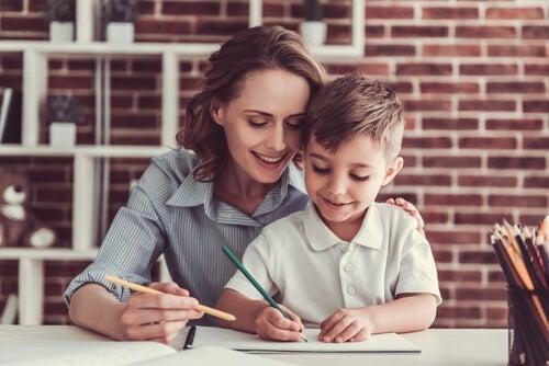 mor og barn, der tegner