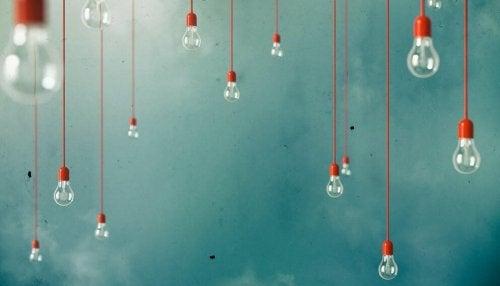 Kreativitet illustreres af lyspærer i loft