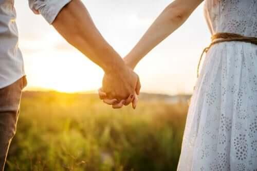 par, der holder i hånd udenfor