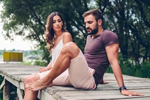 par, der sidder på bro