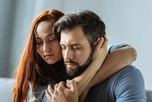 Et kærestepar krammer og støtter hinanden