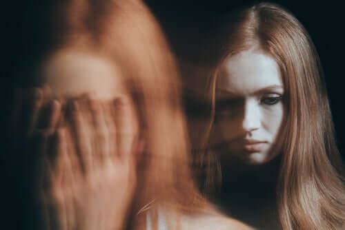 Sløret billede af ustabil pige