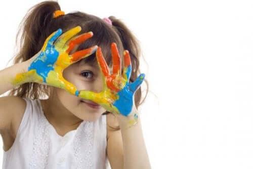 Pige med maling på fingrene