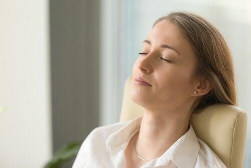 En kvinder sidder i dybe tanker