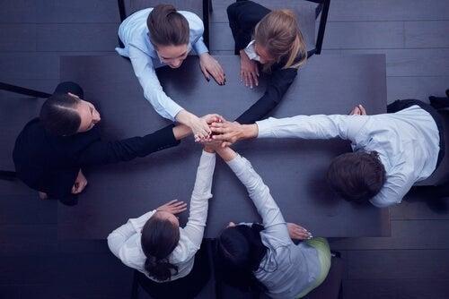 En gruppe mennesker arbejder sammen som et hold
