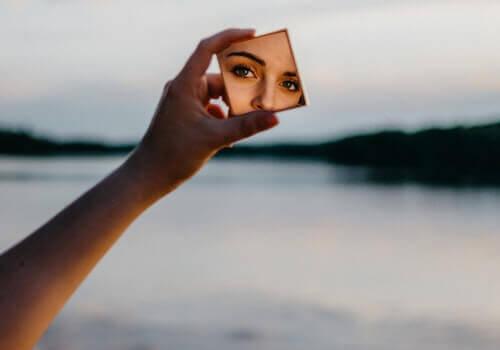 hånd holder et lille spejl