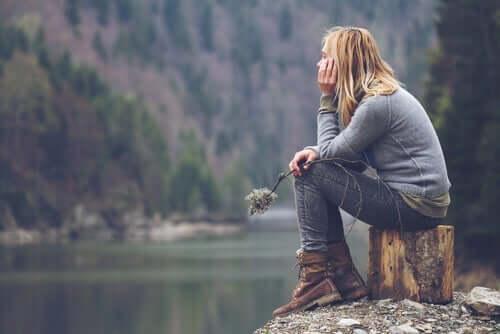 Pige ved en bjergsø