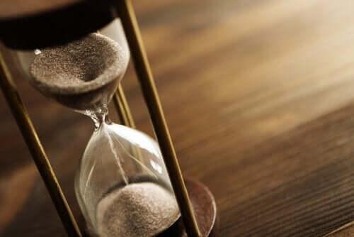 timeglas på et bord