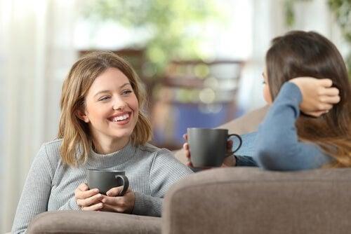 To kvinder snakker og drikker kaffe