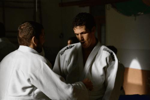 to mænd, der dyrker karate