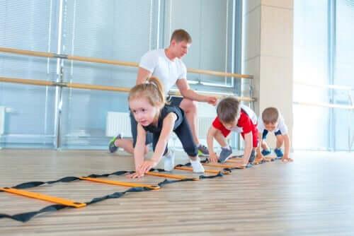 Børn øver sig i at kravle på alle fire