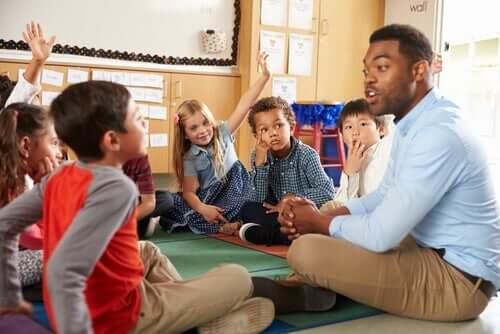 underviser, der sidder i rundkreds med børn