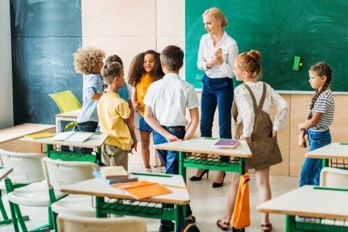 Underviser med unge elever