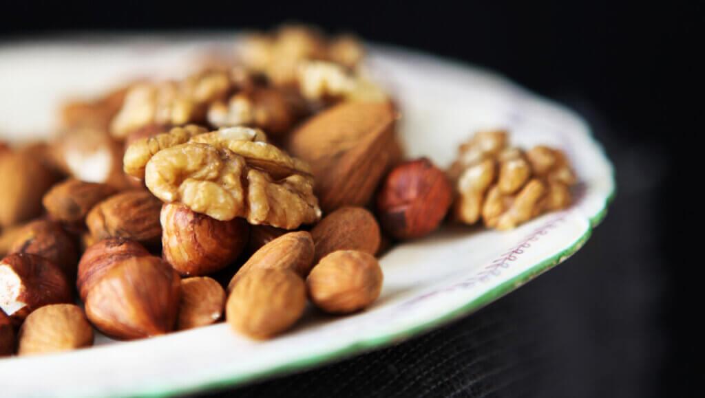 Nødder på tallerken er en del af stenalderkost