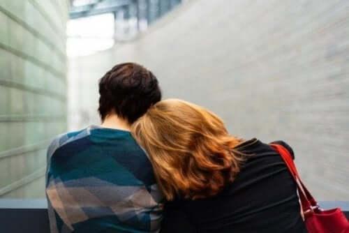 To personer krammer, men hvorfor sårer andre hinanden?