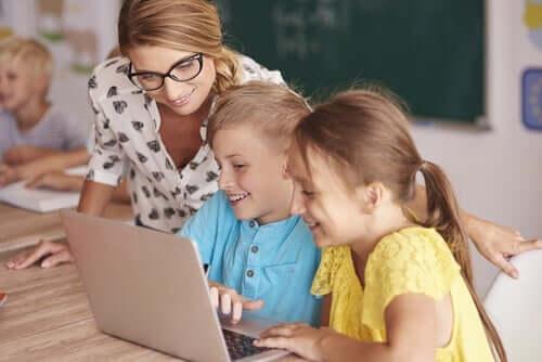 Børn, der bruger computer i undervisning