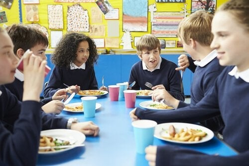 Børn spiser i kantinen på skole