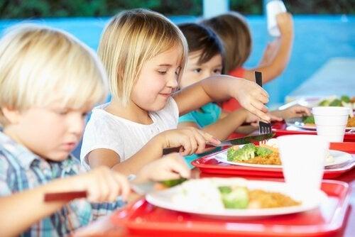 Børn lærer at spise nye ting som en del af bespisning i skolerne