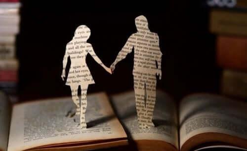 Et par af papirklip holder i hånden