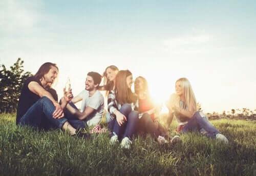 Ekstraversion er et af de fem store personlighedstræk, hvilket illustreres af gruppe samlet udenfor