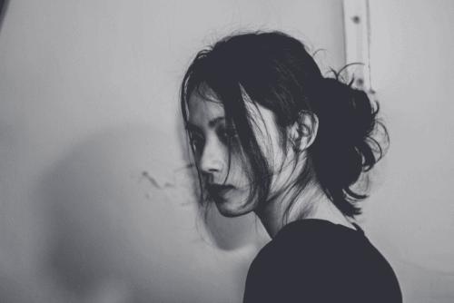 Sort/hvid billed af nedtrykt kvinde