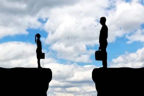 mand og kvinde på hver side af en kløft