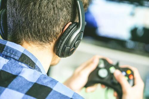 Dreng viser sammenhængen mellem videospil og intelligens
