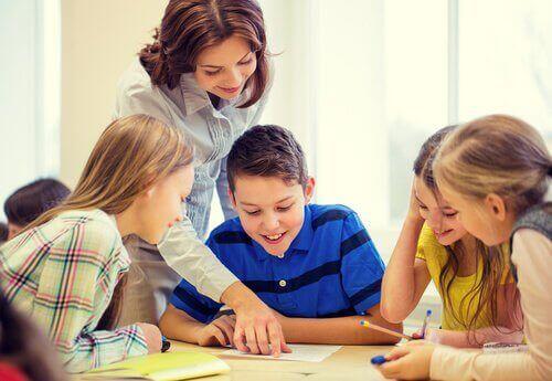 En lærer hjælper en gruppe elever