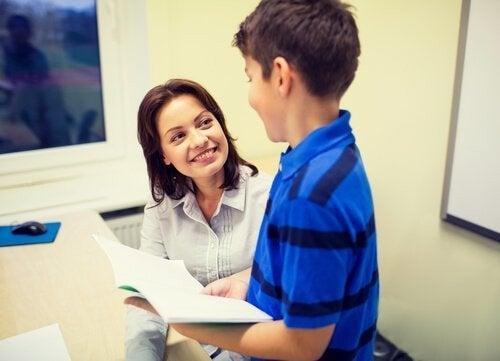 Elev viser sine lektier til sin lærer