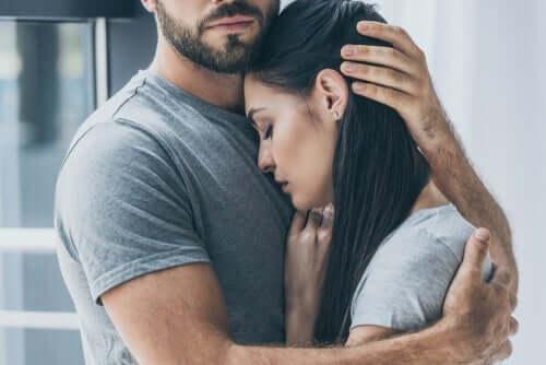 Mand krammer trist kvinde