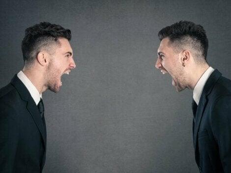 To mænd råber af hinanden