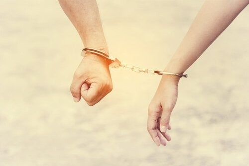 Kærestepar er låst fast med håndjern