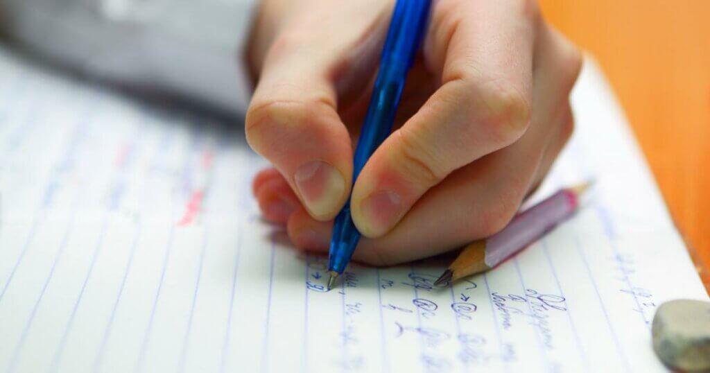 Person, der skriver, illustrerer den venstrehåndede hjerne