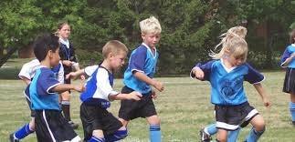 Børn på fodboldbane nyder fordele ved, at børn går til holdsport