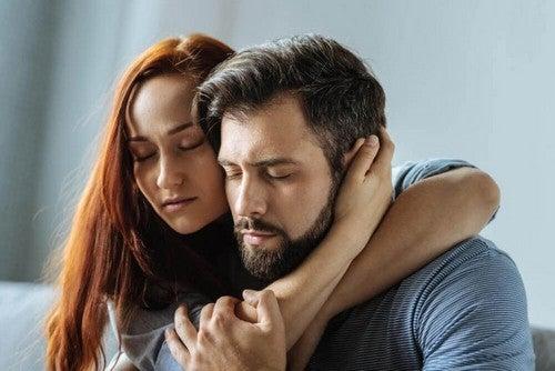 Krammende par symboliserer et alt for krævende forhold
