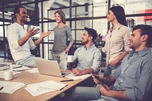 Kollegaer udveksler idéer på arbejdspladsen